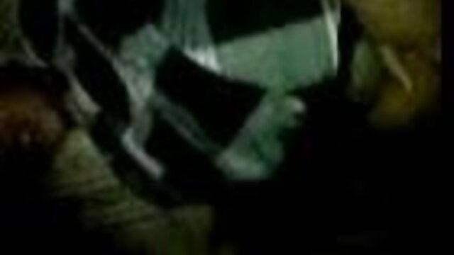 बीडीएसएम XXX गुलाम इंग्लिश पिक्चर सेक्सी फुल मूवी लड़का मिस्ट्रेस को पिंजरे के फर्श से थूकता है